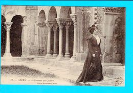 Cpa Cartes Postales Ancienne - Arles Arlesienne Au Cloitre - Arles
