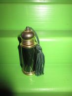 ANCIENNE MINIATURE DE PARFUM EN MÉTAL DORÉ ET POMPON - Vintage Miniatures (until 1960)