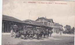 VERDUN LA GARE DE L'EST VUE EXTERERIEURE BELLE ANIMATION ATTELAGES CHEVAUX CYCLISTE - Verdun
