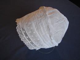 159 - Bonnet  Ancien De Bébé, Brodé, Plissé Et Bordé De Dentelle - Children
