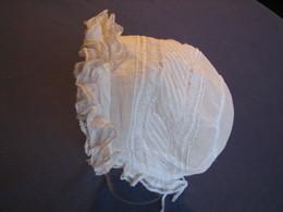 164 - Petit Bonnet  Ancien De Bébé, Brodé, Plissé Et Bordé De Dentelle - 1900-1940