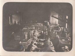 CARTE PHOTO ALLEMANDE - GUERRE 14-18 - INTÉRIEUR HÔPITAL MILITAIRE - Weltkrieg 1914-18