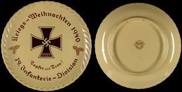 """1242 Porzellanteller """"Kriegs-Weihnachten 1940-Tapfer Und Treu-79. Infanterie-Division"""", Mittig Eisernes Kreuz 1939, Mit  - Army & War"""
