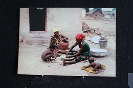 An-6 / L'Afrique En Couleur - Poterie Villageoise  - Éditions  HOA-QUI ( Échantillon Collection )  / Circulé - Cartes Postales