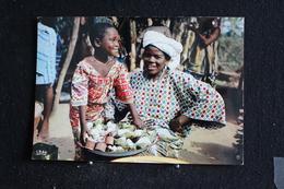 An-7 / L'Afrique En Couleur -  Scène De Marché   - Éditions  HOA-QUI ( Échantillon Collection )  / Circulé - Cartes Postales