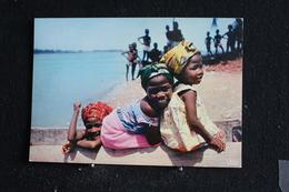 An-9 / L'Afrique En Couleur - Sourire D'Afrique - Éditions  HOA-QUI ( Échantillon Collection )  / Circulé - Cartes Postales