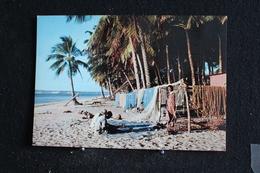 An-11. / L'Afrique En Couleur -  Plage De Pêcheurs - Éditions  HOA-QUI ( Échantillon Collection )  / Circulé - Cartes Postales