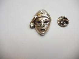 Beau Pin's En Relief , Masque Avec Brillants Incrustés , Pin Up ,  PAS D'ENVOI HORS DE FRANCE - Pin-ups