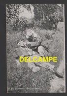 DF / MILITARIA / SCÈNE DE LA VIE MILITAIRE / EN CAMPAGNE : UN INFIRMIER SOIGNE UN BLESSÉ - Militaria