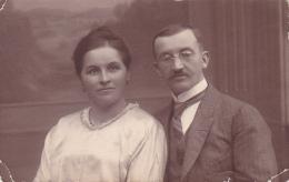 Carte Photo à Identifier - Couple De Parents (courrier En Allemand Au Verso) Datée 30 Ostobre 24 - A Identifier
