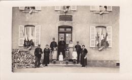 Carte Photo - Gendarmerie Nationale, Drapeaux Aux Fenêtres, Gendarmes Et Leurs Familles Sur Le Perron, Buches Sciées - A Identifier