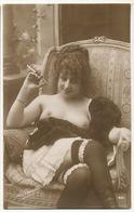 Gros Plan Femme Seins Nus , Bas Et Porte Jarretelles La Grisette 401 Tabac Porte Cigarette - Nus Adultes (< 1960)