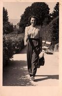 Carte Photo Originale Marcheur De Rue - Portrait De Kathe Wewalka En Ballade à Velden En 1939 - Pin-up