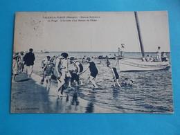 34 : VALRAS-PLAGE : La PLAGE, ARRIVEE D'un BATEAU De PECHE Carte Bleue , C.P.A. ,carte En Très Bon état , Animée - France