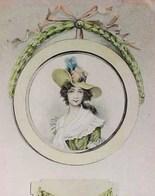 Cpa  JOLIE JEUNE FEMME Dans CADRE ROND  XVIII ème CHAPEAU à  PLUMES 1908   PRETTY LADY HAT W FEATHER - Femmes
