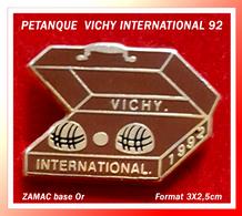 SUPER PIN'S PETANQUE : Rencontre VICHY INTERNATIONAL 1992, ZAMAC Base Or, Format 3X2,5cm - Bowls - Pétanque