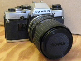 APPAREIL PHOTO OLYMPUS OM10 + OBJECTIF SIGMA 35/70 (à Réparer) - Cameras
