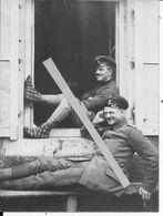 1915 La Guerre En Chaussons Soldats Allemands Au Repos En Charentaises Devant Une Habitation 1 Photo Ww1 1914-1918 - Guerre, Militaire