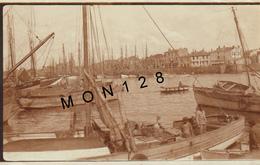 LES SABLES D'OLONNE LE PORT DE PECHE 1930  - PHOTO DE 1930 - DIM 11X7 Cms (bateaux Barque) - Lieux