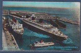 = Le Grand Paquebot Normandie, Sortant De La Cale Sèche, à Quai L'Île De France, Au 1er Plan La Minotaure - Steamers