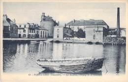 29 - PONT L'ABBE : Le Moulin, L'Etang Et Le Chateau ( Barque En 1e Plan ) - CPA - Finistère - Pont L'Abbe