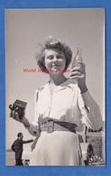 Photo Ancienne - MARRAKECH , Maroc - Inauguration De La 1ére Usine COCA COLA - Femme Avec Appareil Photographique - Africa