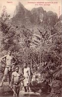 TAHITI-CHASSEURS INDIGENES SUIVANT LA PISTE D'UN PORC SAUVAGE-CARTOLINA ANNO 1906-1910 - Tahiti
