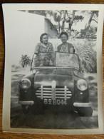 FRANCE  + THARON PLAGE ??:LA COTE-LITTORAL-LA MER-PHOTO 9X13 DE 2 PERSONNES DANS UNE AUTO A PEDALES -1962 - Photos