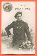 """CPA Chasseur Alpin """" Devise : On Ne Passe Pas """" Insigne De La Garnison - Regiments"""
