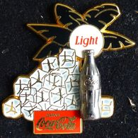 Pin's SUPERBE GRAND PINS PIN COCA COLA AVEC BOUTEILLE EN RELIEF - Coca-Cola