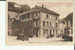 Ferrette  68    600m  Jura Alsacien _Hotel Du Jura Et Rues Animée Nombreuse Voitures - Ferrette