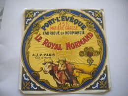 Ancienne étiquette Fromage Pont L'évêque LE ROYAL NORMAND AJP Paris  Médailles Couronne Vaches - Fromage