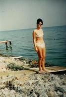 Photo Couleur Originale Plage & Maillot De Bain Pour Pin-up Sexy En Bikini & Lunettes De Soleil Vers 1960 - Pin-Ups