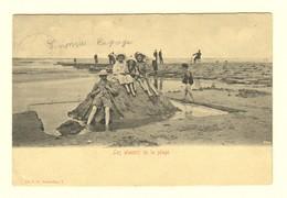 #11872[Postkaart] Les Plaisirs De La Plage / V.G. [zandkasteel Kinderen Op Het Strand Aan Zee Golfbreker]. Gelopen. Dui - Belgique