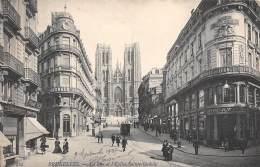 BRUXELLES - La Rue Et L'Eglise Sainte-Gudule - Lanen, Boulevards