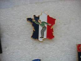 Pin's D'un Bouliste Devant La Carte De France. Pétanque - Bowls - Pétanque