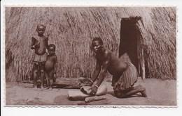 PHOTO KENYA MONBASA Femme Ecrasant Du Maïs - Kenya