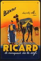 Plaque En Tôle PUB Pour RICARD - Illustrateur YERMEL - Format : 160 X 240mm - Neuve Sous Pochette D'origine - Advertising (Porcelain) Signs