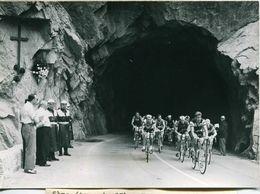 Vélo -TOUR De SUISSE 1959 5e étape Le TOUR HONNORE LA MEMOIRE DE DEPOORTER- FISCHERKELLER ET LE PELOT   Photo De L'A.T.P - Cyclisme