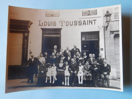 Photo De Groupe Devant Façade Commerce Lunettes Louis Toussaint Vers 1920 / Belgique - Personnes Anonymes