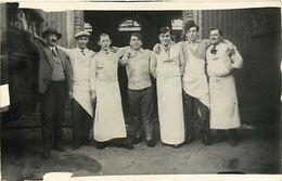 Themes Div - Ref W396- Carte Photo  Non Située A Identifier -bouchers - Ouvriers Devant Un Abattoir - Theme Abattoirs  - - Non Classés
