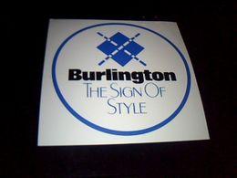 "Autocollant Armoiries Et Sloggan "" The Sign Of Style""  Ville De Burlington Caroline Du Nord Origine  Usa - Stickers"