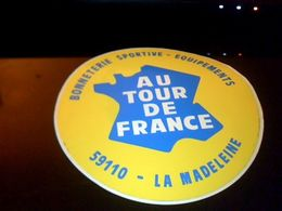 Autocollant  Publicite Vetement Bonneteriie Sportive Equipement AU TOUR DE FRANCE  A  La Madeleine Nord - Stickers
