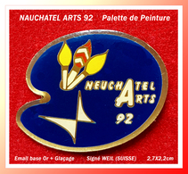 SUPER PIN'S NEUCHATEL ARTS 92 : Belle Palette De Peinture, Origine SUISSE, émail Base Or + Glaçage, 2,7X2,2cm - Associations