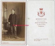 CDV Vers 1880-beau Jeune Garçon-photo Bonnefon Av Du Chemin De Fer En Face De La Gare-Corbeil Essonnes TB état - Photos