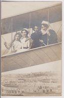 CARTE PHOTO MONTAGE AVION - AVIATEUR ET PASSAGERS AU DESSUS D'UNE VILLE ANTIQUE - 2 SCANS - - Cartes Postales