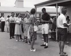 USA Queue Au Supermarche De La Base Militaire Aerienne Ancienne Photo 1964 - War, Military