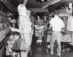 USA Scene Au Supermarche D'une Base Militaire Aerienne Ancienne Photo 1964 - War, Military