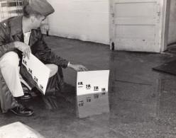 USA Militaire Mesurant Une Inondation Pres D'une Porte Ancienne Photo US Air Force 1964 - War, Military