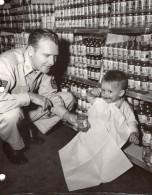 USA Militaire Et Bebe Mangeant Petit Pot Heinz Ancienne Photo US Air Force 1960 - War, Military